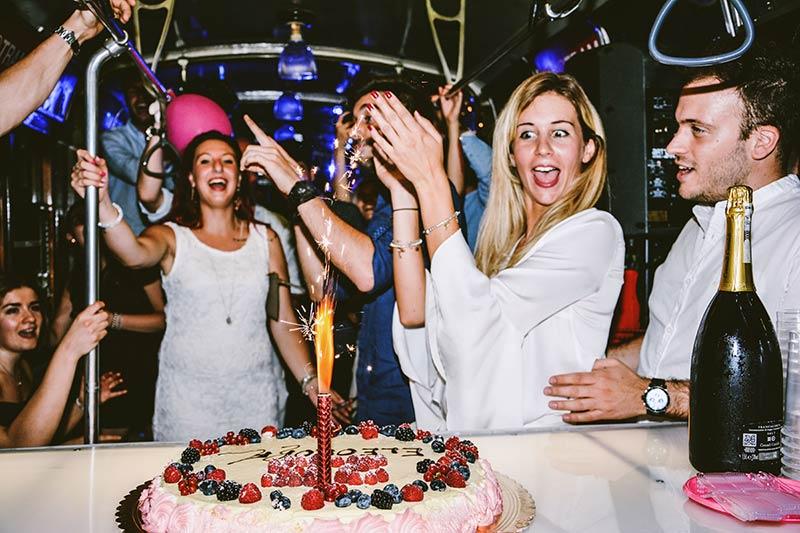 festa di compleanno in tram